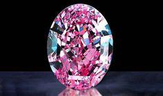 El The De Beers Centenary Diamond fue clasificado con el mayor grado de pureza por el Gemological Institute of America, lo que significa que no cuenta con imperfecciones. Esta piedra es el tercer diamante más grande producido por la mina De Beer's
