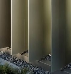 The slat blinds arranged in three different color shades on the façade of a new library building can be opened and closed like the pages of a book. Screen Design, Facade Design, Arched Doors, Windows And Doors, Shading Device, Aluminum Blinds, Joinery Details, Remodeling Companies, Solar Shades