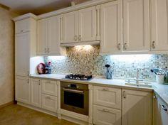 Классическая бежевая кухня с мозаичным фартуком