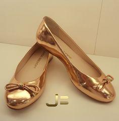 Quer ficar elegante, mas não quer andar nas alturas? Abuse das sapatilhas metalizadas ou de tecidos finos. Elas dão um toque refinado à qualquer produção!