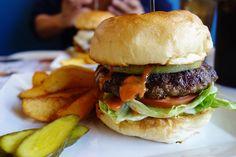 ハンバーガーを単品で繰り返しますが単品です久しぶりに食べたハンバーガーに戻ってきたレジェンド村上さんのバーガー表面がカリッとして中はモチっとした食感のバンズにグリルドオニオンと合挽きのパティ味をまとめる酸味のきいたソースこの組み合わせが絶妙で特徴的相変わらず美味しかった #food #foodporn #meallog #burger #burger_jp #ハンバーガー # #tw