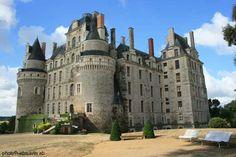 El castillo de  de Brissac-Quincé  http://www.chateau-fort-manoir-chateau.eu/