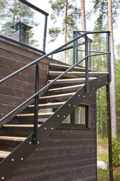 Linjakas kesähuvila Sysmässä Summer Cabins, Modern Barn House, Lake House Plans, Villa, Cedar Siding, Cottage Design, Stairs, Outdoor Structures, Outdoor Decor