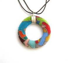 It was my intention to create a modern, suitable mounting ! Back view . Rope Jewelry, Handmade Jewelry Bracelets, Beaded Jewelry Designs, Pendant Jewelry, Jewellery, Bead Crochet Patterns, Bead Crochet Rope, Beaded Crochet, Beads And Wire