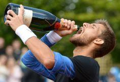 男子テニス、BMWオープン(BMW Open 2014)シングルス決勝。シャンパンを飲むマーティン・クリザン(Martin Klizan、2014年5月4日撮影)。(c)AFP=時事/AFPBB News