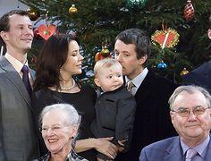 Prins Christians første jul. Frederik kysser nænsomt hans hoved. Julen 2006 Billedserie: Frederik som kærlig familiefar og ægtemand | Billed Bladet