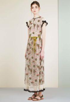 Natalie Portman conceals her figure in a loose dress at Venice Film Festival…