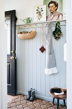 Trim Paint Color, Door Paint Colors, Muebles Home, Decoration Entree, Diy Stool, Painted Doors, Mudroom, Entryway Decor, Sweet Home