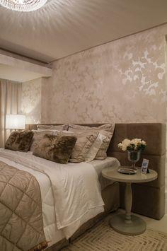 decoração quarto de casal com papel de parede na cabeceira