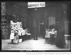 25-1-12, kiosques à journaux [à Paris, devant un bar américain] : [photographie de presse] / [Agence Rol] - 1