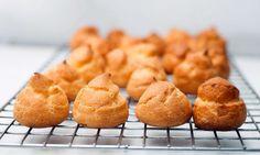 Petit choux o profiteroles (pasta choux) Profiteroles, Sweet Recipes, Snack Recipes, Dessert Recipes, Cooking Recipes, Biscuits Au Four, Pasta Choux, Choux Pastry, Pan Dulce