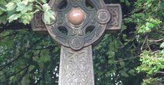 A cruzes celtas e seus significados. A cruz celta tem estado em evidência desde que o cristianismo começou a se espalhar pelas Ilhas Britânicas. Ela geralmente tem a aparência de uma cruz cristã coberta com nós celtas entrelaçados. Os braços da cruz são conectados por um círculo perfeito, também geralmente decorado com nós celtas. Contudo, a cruz celta não representa somente o ...