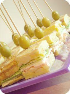 Tortilla de patata rellena con queso, jamón,lechuga y mayonesa..habrá que probarlo xD Le Pilates, Mini Appetizers, Mini Sandwiches, Sweet Bar, Tapas Bar, Xmas Food, Mini Foods, Appetisers, Healthy Cooking