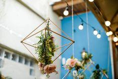 Pendentes geométricos com flores