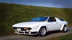 1976年、ウラッコの進化形でタルガルーフが付いた最初のランボルギーニ車が「シルエット」。ミッドの3リッターV8は、最高出力250HP、最高時速260km/hを発揮した。2台の試作車と53台の生産モデルが製作された - LGMSports.com