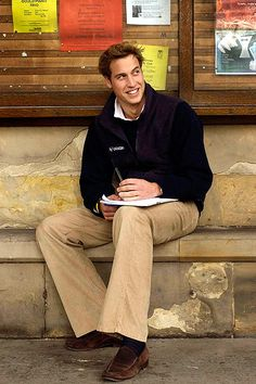 Prince William sits on a stone bench in front of a Notice Board in St Salvators Quad at St Andrews University Prince William Family, Prince William And Catherine, William Kate, Prince Harry And Meghan, Prins William, Duchess Kate, Duke And Duchess, Duchess Of Cambridge, Kate Middleton
