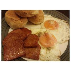 #pandesal #chorizo #ham #sunnysideup for #breakfast #yummy #food #philippines #パンデサル #チョリソー 味の#スパム #ハム #目玉焼き。#朝ごはん。#フィリピン