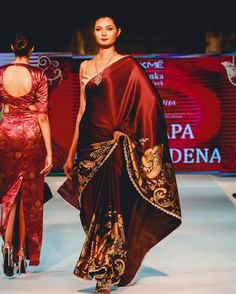 Lovely Jayamali walking the ramp in Beeralu detailed, Hansa Poottu Printed Saree with a studded jacket @srilankafashionweek   Collection was inspired by Sri Lankan Heritage & Kandyan Art.   MUA - @arqstylehouse