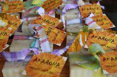 AKARONA, SABONS NATURALS | tot-cat.cat AKARONA dóna nom al nostre taller de sabons naturals. Som la Lina i la Vero, mare i filla. El nostre taller està ubicat al Pirineu, a la comarca del Pallars Sobirà. És un taller artesanal que manté les receptes tradicionals