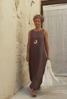 17. Conheço muita mulher que adora vestidos minimalistas em algodão puro como este. Esse tom lavanda é muito bonito! Esse modelo tem a vantagem de você poder carregar nos acessórios, o que num vestido estampado, já fica mais difícil.