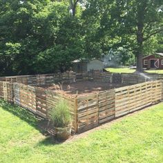If you are looking for Diy Projects Pallet Fence Design Ideas, You come to the right place. Here are the Diy Projects Pallet Fence Design Ideas. Diy Garden Fence, Pallets Garden, Backyard Fences, Diy Garden Decor, Backyard Landscaping, Wood Pallet Fence, Wood Pallets, Diy Pallet Projects, Garden Projects