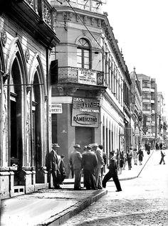 O bate-papo na esquina da Rua XV e Marechal Floriano, numa manhã de domingo, em 1948. Todos envergando suas melhores fatiotas.