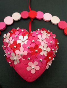HJERTEURO Uro med blomsterhjerte i ring med prikker. Uro i rød, pink, lyserød og perlemorslyserød. www.jannielehmann.dk