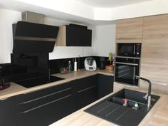 Black Kitchens, Home Kitchens, Kitchen Dining, Kitchen Cabinets, Kitchen Cupboard Handles, Concept Home, Childrens Beds, Küchen Design, Kitchenette