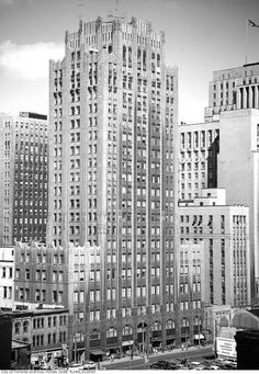 First Toronto Star BuildingBuilt: 1929 Demolished: 1972 What exists there now: First Canadian Place Why it's missed: Designed by Chapman and Oxley, it was one of Toronto's finest examples of Art Deco architecture. Art Deco Buildings, Old Buildings, Toronto Architecture, Architecture Design, Alter Ego, Toronto Star Newspaper, Yonge Street, Toronto City, Examples Of Art