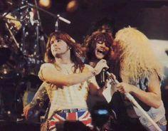 Bon Jovi, Dee Snider (Twisted Sister), Bruce Dickinson (Iron Maiden) y escondido atras, Paul Stanley (Kiss), tocando Travelin' Band de Creedence Clearwater Revival en Monsters of Rock del 87'