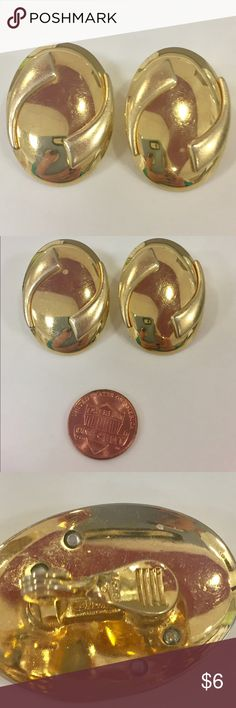 Vintage MONET Gold earrings clip on Great condition Vintage Jewelry Earrings