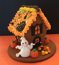 Mini Halloween gingerbread house Fondant ghost, royal icing, assorted candies and lots of sprinkles. Halloween Chocolate, Halloween Desserts, Halloween Cookies, Halloween Decorations, House Decorations, Halloween Gingerbread House, Cookie House, Buttercream Recipe, Cake Icing