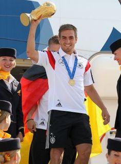 Lahm levanta la Copa del Mundo a su llegada a Alemania. / KARINA HESSLAND (AFP)