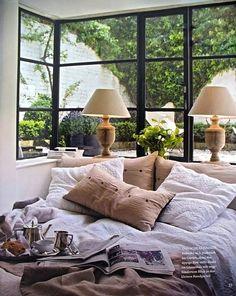 角に格子窓、下半分は壁 #窓ドア #ベッドルーム #思いつき