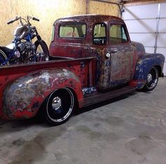 clear coat over patina Chevy Advance Design pickup with a custom motorcycle in tow Old Pickup Trucks, Hot Rod Trucks, Cool Trucks, Chevy Trucks, Antique Trucks, Vintage Trucks, Motorcycle Towing, Chopper Motorcycle, 1951 Chevy Truck