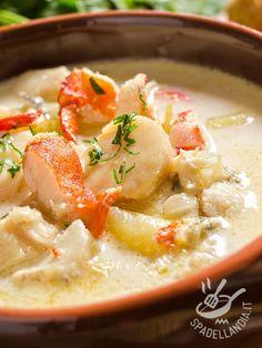 La Zuppa di pesce e patate porta in tavola tutto il sapore del mare. A base di coda di rospo e gamberoni, è davvero un mix vincente di aromi!
