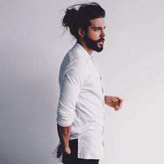 Esse barbudo lindo que transpira sensualidade. | 23 combinações de barba e coque que vão despertar sua sexualidade