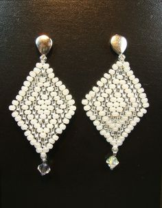 Brinco peyote de miçangas brancas e transparentes com cristais Swarovski transparentes. Comprimento 5,5 cm.