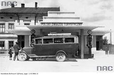 Kraków 1931 r. Dystrybutory paliwa Galkar Karpaty przy budynku dworca autobusowego Polskiego Związku Turystycznego na Pl. Zgody w dzielnicy Podgórze.