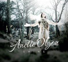 http://polyprisma.de/wp-content/uploads/2015/05/Anette-Olzon-Shine-Cover-400.jpg Anette Olzon - Shine http://polyprisma.de/2014/anette-olzon-shine/ Pressetext: Spricht man über Anette Olzons Solodebüt kommt man an einem Namen nicht vorbei… Bringen wir es also schnell hinter uns: Ja, Anette Olzon war – wie jeder Metalfan weiß – fünf Jahre lang die Frontfrau der finnischen Symphonic-Metal-Superstars Nightwish, bevor sie die Band Ende 2012 wied...