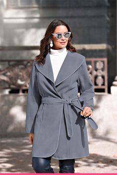 Elegant kåpe med knyting for store størrelser Raincoat, Elegant, Fashion, Scale Model, Rain Jacket, Classy, Moda, Fashion Styles