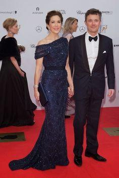 La Princesa Mary de Dinamarca, en los Bambi Awards, con un precioso vestido de lentejuelas azules de Jesper Høvring otoño 2014.