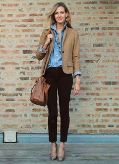 ベージュジャケット×デニムシャツの着こなし(レディース)海外スナップ | MILANDA