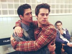 Tyler Posey, Dylan O'brien, and Dylan Sprayberry. Behind the scenes of Teen Wolf season Stiles Teen Wolf, Teen Wolf Boys, Teen Wolf Dylan, Teen Wolf Cast, Scott And Stiles, Teen Wolf Memes, Teen Wolf Funny, Tyler Posey, Dylan O'brien
