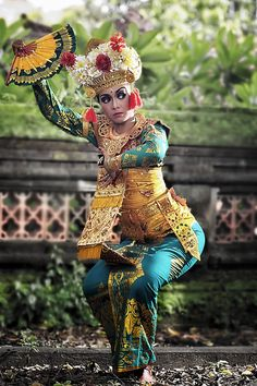 the Legong is a Balinese traditional dance, performed with beautiful and colorful costume. It is a refined dance form characterized by intricate finger movements, complicated footwork, and expressive gestures and facial expressions. Bali Lombok, Laos, Vietnam, Cultural Dance, Indonesian Art, Tribal People, Folk Costume, People Of The World, Dance Dresses