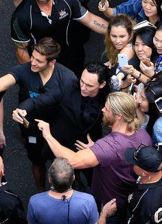 Tom Hiddleston and Chris Hemsworth on the set of Thor: Ragnarok in Brisbane, Australia on August 23, 2016. Full size image: http://wx1.sinaimg.cn/large/6e14d388gy1fe8qn70tccj22bc1jk1fn.jpg Via Torrilla http://m.weibo.cn/status/4092225128829647