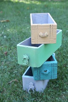 Drawers = Love Sewing machine drawers for storage boxes.Sewing machine drawers for storage boxes. Sewing Machine Drawers, Sewing Machine Tables, Antique Sewing Machines, Old Drawers, Dresser Drawers, Vintage Sewing Box, Furniture Makeover, Chair Makeover, Furniture Refinishing