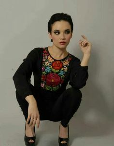 Blusa negra bordada                                                                                                                                                                                 Mehr