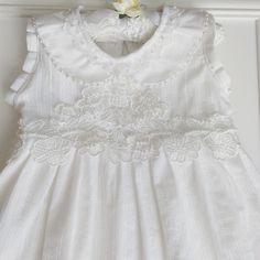 Vestido branco para batizado com aplicações de pérolas e renda guipir.  Bordados à mão.  Produto artesanal.  Veste 1 ano.  Comprimento 56 cm  Largura busto 61 cm