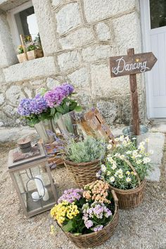 loves these baskets full of flowers French Wedding, Chic Wedding, Wedding Details, Wedding Reception, Rustic Wedding, Our Wedding, Wedding Day Checklist, Rustic Theme, Deco Table